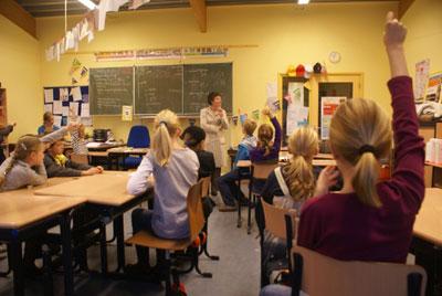 wieke-van-oordt-tijdens-een-schoolbezoek-in-heiloo
